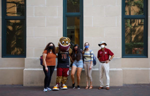 clyde the cougar and president hsu with freshmen students