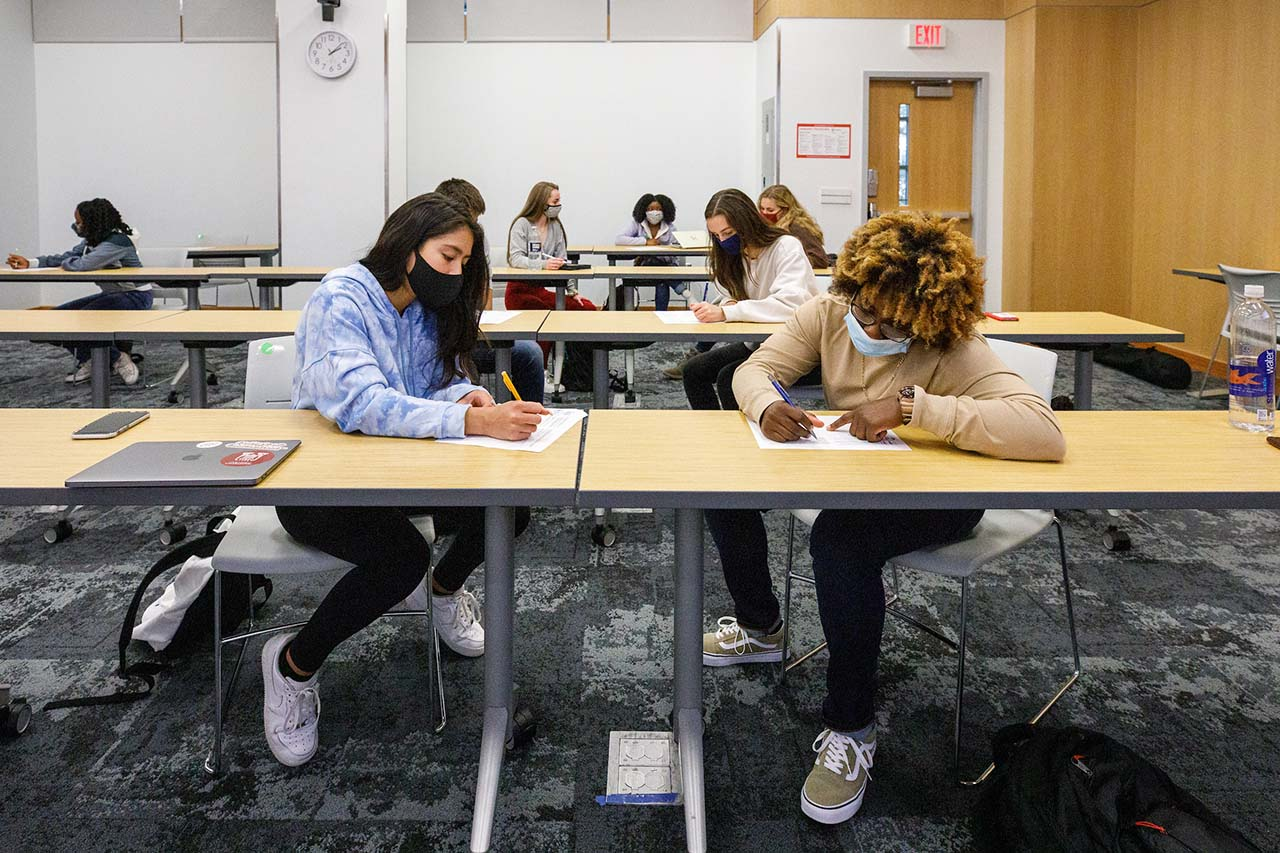 students in chris korey's fye gateway to neuroscience course